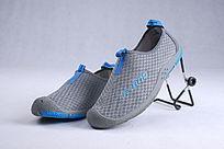 蓝色网布鞋横放斜靠