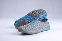 蓝色网布鞋鞋底靠立斜放
