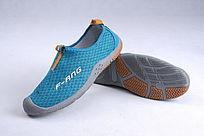 土绿色网布鞋斜靠鞋底