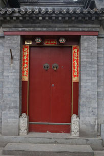 北京胡同中的红色大门