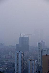 雾霾下的建筑风景