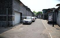 北京胡同里停放的小汽车