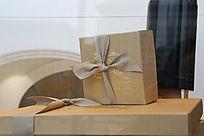 橱窗中的礼盒