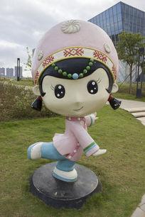 仫佬族女孩卡通造型雕像