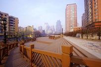 休闲广场的木栏杆
