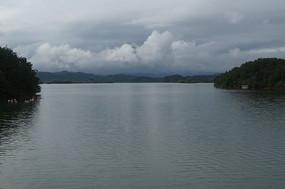 清澈的湖水与小岛上的白云