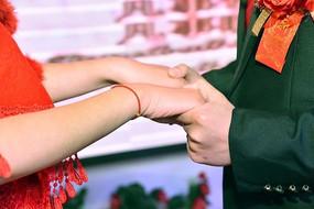 结婚庆典上的新人牵手一刻