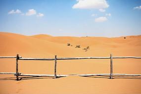 腾格里沙漠风光蓝天下