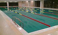清澈的室内游泳池