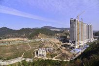河道和正在建设的住宅高楼
