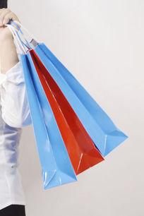 手提三个购物袋特写图片