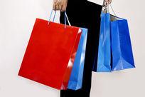 手提四个购物袋特写图