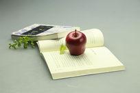 一个红苹果两本书
