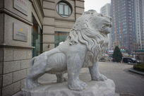 银行门口的石狮