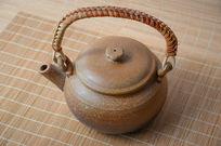 藤编提把的陶瓷茶壶
