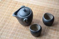 一个陶瓷茶壶和两个茶杯