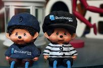 带帽子的卡通男孩和女孩陶艺雕像
