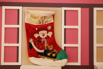 圣诞节红色长筒袜子与红色木窗节日素材