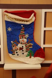 圣诞节蓝色长筒袜子与红色木窗节日素材