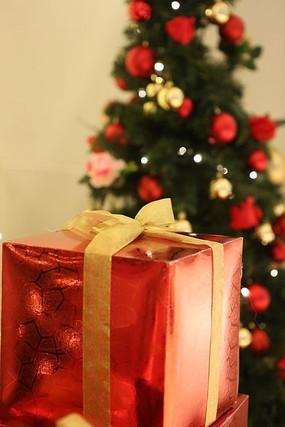 圣诞礼物与圣诞树素材