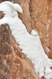 山石上的残雪