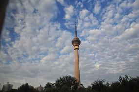 蓝天下的cctv发射塔