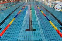洁净的室内游泳池设施