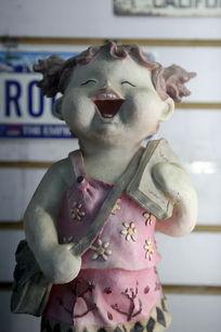 背书包的小女孩卡通瓷雕刻