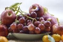 摆拍新鲜葡萄苹果水果特写