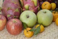 摆拍新鲜水果特写图片