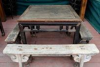 传统的旧家具木方桌和长板凳