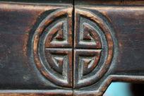 传统家具上的圆形图案木雕