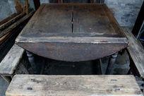 传统老旧木方桌和长板凳