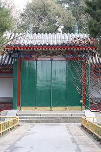 龙王庙内绿漆砖瓦木大门