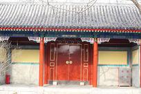 颐和园内带回廊的传统中式红漆木大门