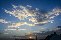 傍晚蓝色天空的云