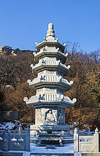 千山中会寺冬天的佛塔