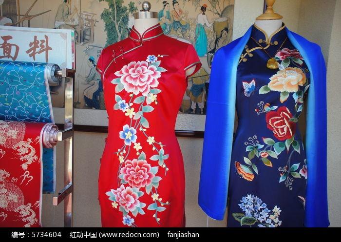 红色和蓝色的绣花丝绸旗袍图片
