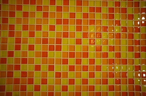黄红色马赛克墙壁