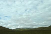 蓝天下的山丘