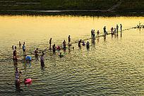 人们横江河中嬉戏