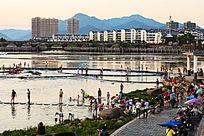 夏季人们在河边休闲