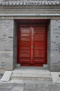 大钟寺青砖青瓦墙面内的红色大门背面