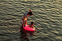 母亲教孩子游泳
