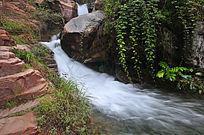 清溪如带的溪流