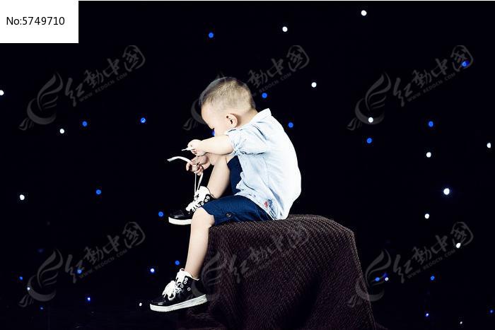 星空下的男孩图片