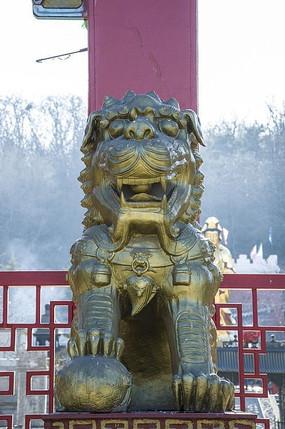 鞍山佛光寺公石狮正面全身雕塑