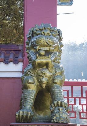 鞍山佛光寺母石狮正面全身雕塑