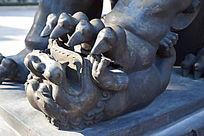 踩在脚下的小狮子雕塑