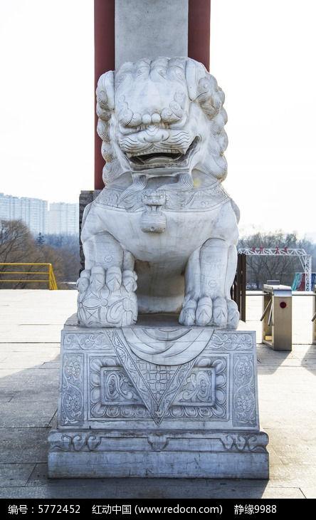 鞍山玉佛山牌楼门公石狮正面全景雕塑图片